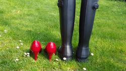 Pumps und Stiefel auf etwas Rasen.